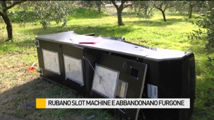Rubano slot machine e abbandonano il furgone – VIDEO
