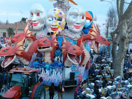 Migliaia di persone alla prima domenica di Carnevale a Fano. E finalmente pochissimi ombrelli