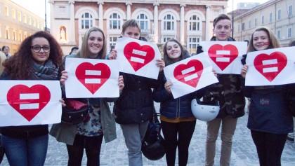 Oltre 150 persone in Piazza del Popolo a Pesaro per chiedere dignità e diritti