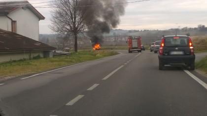Si blocca l'acceleratore, auto prende fuoco