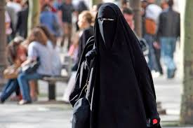 La donna col burqa continua a far discutere. Fratelli d'Italia – AN: le leggi vanno rispettate