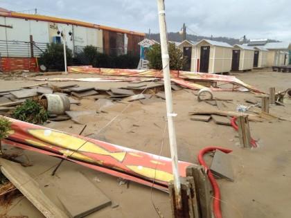 Maltempo: mare forza 9 solleva cabine di cemento in spiaggia a Pesaro