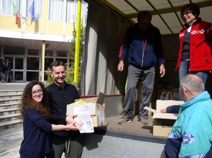 Studenti raccolgono cibo per famiglie in difficoltà