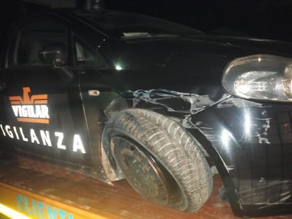 In fuga dopo un furto di rame speronano l'auto della vigilanza privata – VIDEO