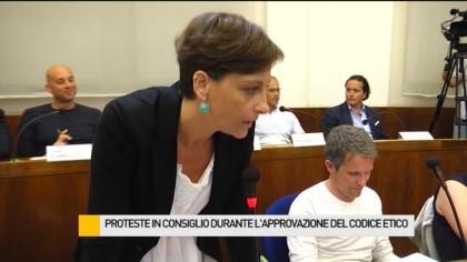 Proteste in consiglio durante l'approvazione del codice etico – VIDEO