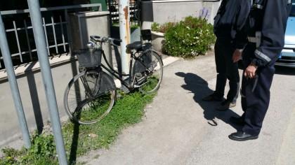 Anziana in bici investita da un'auto in via Roma