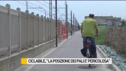 """Ciclabile: """"La posizione dei pali è pericolosa"""" – VIDEO"""