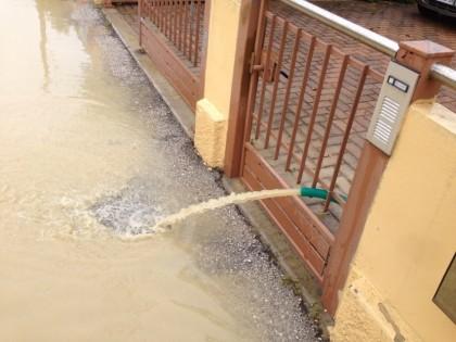 si cerca di pompare l'acqua fuori dalle abitazioni