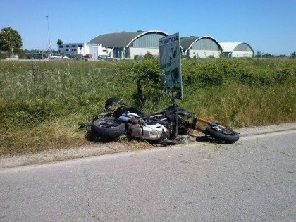 Scontro tra ciclomotore e motociclo, grave un ragazzo fanese