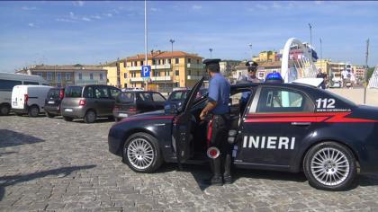 Scatolette di tonno contro le auto e i Carabinieri. Rumeno ubriaco arrestato