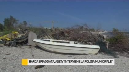 """Barca spiaggiata, Aset: """"interviene la Polizia Municipale"""" – VIDEO"""