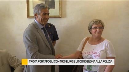 Trova portafogli con 1000 euro e lo consegna alla Polizia – VIDEO