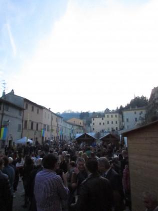Scorcio della piazza piena nel momento dell'inaugurazione