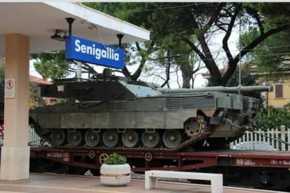 Cosa ci fanno questi carri armati in stazione a Senigallia ?