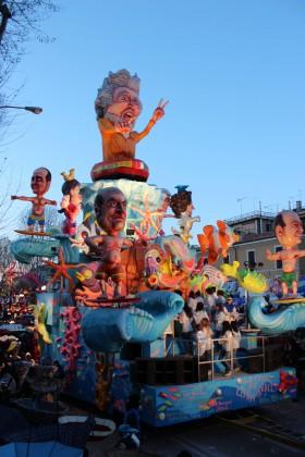 Il Carnevale di Fano entra nella Treccani. Carro con Grillo per illustrare voce 'antipolitica'