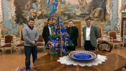 Albero di Natale, omaggiato il Vescovo Armando Trasarti