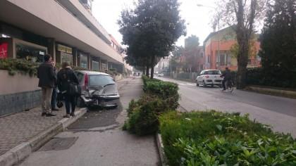 Tragedia evitata a Fano. Auto finisce contro un muro