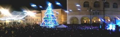Atto vandalico manda in cortocircuito l'albero di Natale in piazza a Fano (Foto e Video)