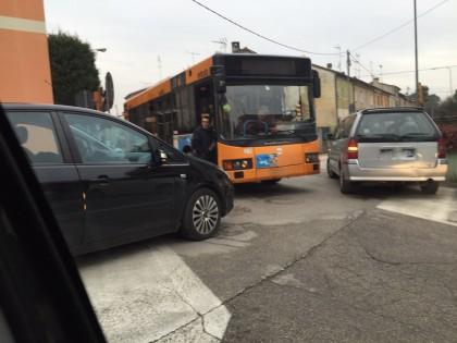 Scontro fra un'auto e un autobus in via Fanella. Traffico bloccato