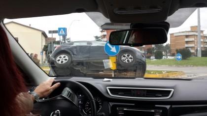 Foto da brivido, auto in bilico su una aiuola spartitraffico – VIDEO