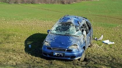 Auto finisce fuori strada, mistero sul conducente