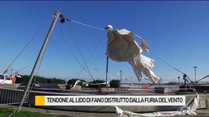 Tendone al Lido di Fano distrutto dalla furia del vento – VIDEO