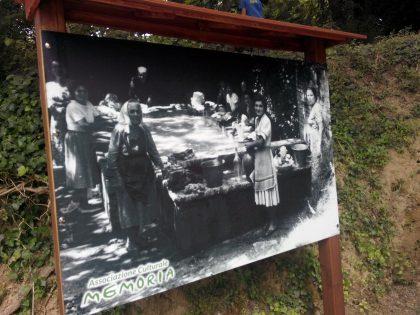 Pannello con foto d'epoca al lavatoio di Montegiano lite