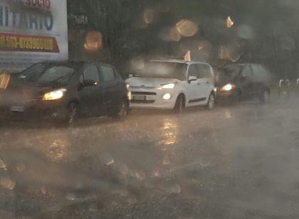 Nubifragio in città, grandinata manda in tilt il traffico