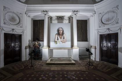 L opera fotografica di Niko Giovanni Coniglio intitolata Daniela, ritratto di mia madre nella sagrestia della Chiesa di San Pietro in Valle