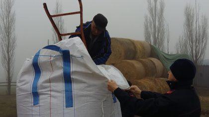allevatore che riceve il mangime dai Carabinieri forestali 1