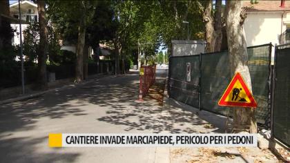 Pericolo pedoni in viale Italia a causa di un cantiere – VIDEO