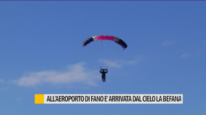 All'aeroporto di Fano è arrivata dal cielo la Befana – VIDEO