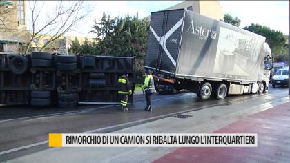 Rimorchio di un camion si ribalta lungo l'interquartieri – VIDEO