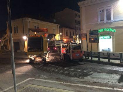 Continuano i lavori di asfaltatura notturna della rotatoria di Viale Gramsci