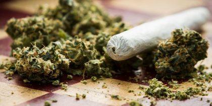 Camerino, fumano in strada e hanno marijuana in casa: 3 studenti nei guai