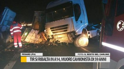 Tir si ribalta in A14, muore camionista di 59 anni – VIDEO