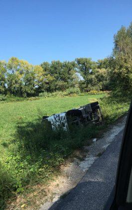 Camioncino dei rifiuti si ribalta e finisce in una scarpata – VIDEO