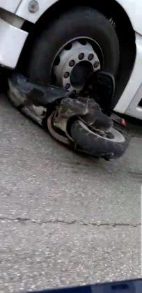 Tragedia sfiorata a Lucrezia, scooter finisce sotto le ruote di un camion