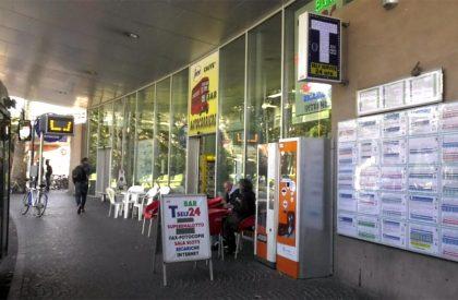 Pesaro, zona delle corriere terra di nessuno. Furto di soldi e sigarette al bar tabacchi – VIDEO
