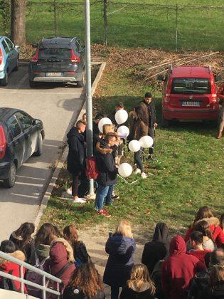 Discoteca: Fossombrone, studenti lanciano palloncini bianchi per ricordare le vittime