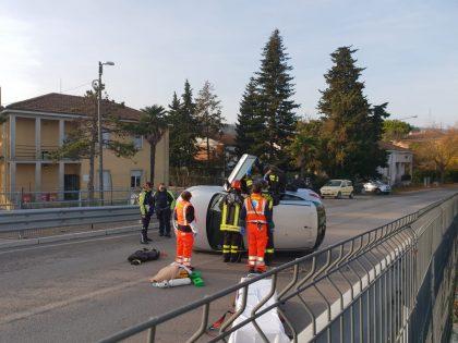 Anziano si ribalta con l'auto prima del ponte a Centinarola di Fano