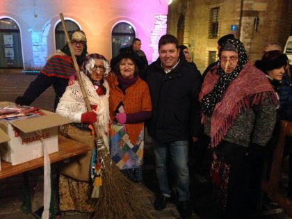 La Befana a Fano distribuisce 1200 calze ai bambini. Piazza piena di gente