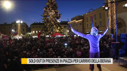 Sold out di presenze in piazza a Fano per l'arrivo della Befana – VIDEO