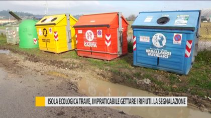 Isola ecologica trave, impraticabile gettare i rifiuti. La segnalazione – VIDEO
