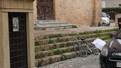 Il cadavere di un uomo trovato sulle scale dell'ex Chiesa in via Vitruvio a Fano