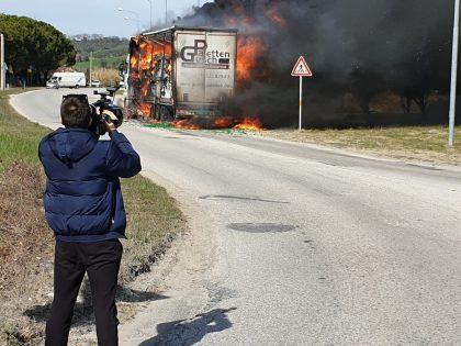 Tir prende fuoco a Rosciano di Fano. Paura per due esplosioni (FOTO E VIDEO)