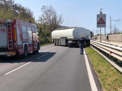 Incidente lungo la Statale 16 tra un tir e un'auto. Chiuso tratto tra Fano e Pesaro