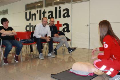 Piazza Redi: gli esercenti imparano a usare il defibrillatore