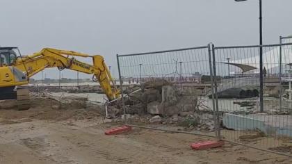 Fano, ruspa in azione per demolire il vecchio ponte all'Arzilla – VIDEO