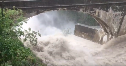 Maltempo: aperta la diga del Furlo. Le immagini spettacolari della cascata d'acqua